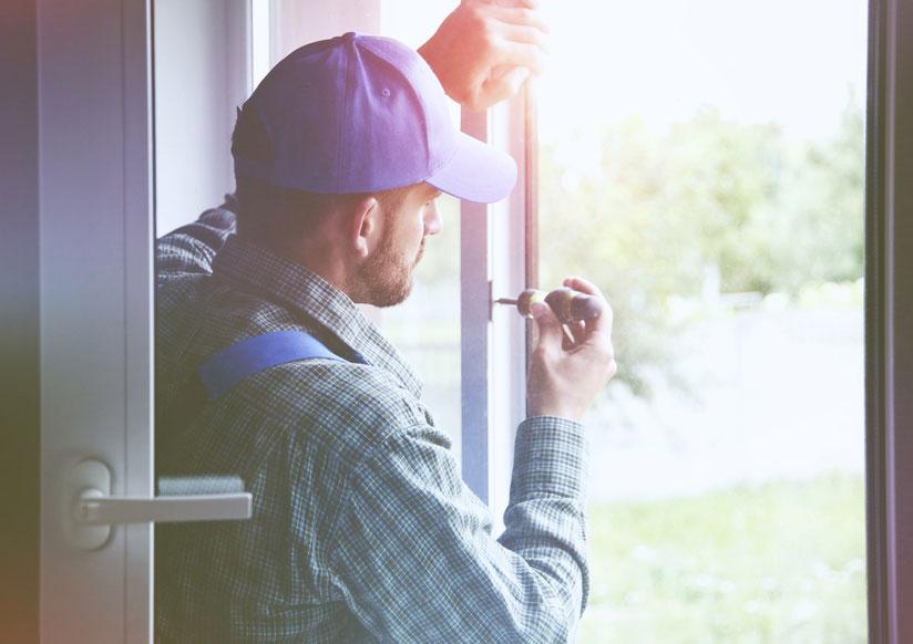 Monteur befestigt Fenster mit Schraubenzieher 824x582 | Koopmann&Hermes